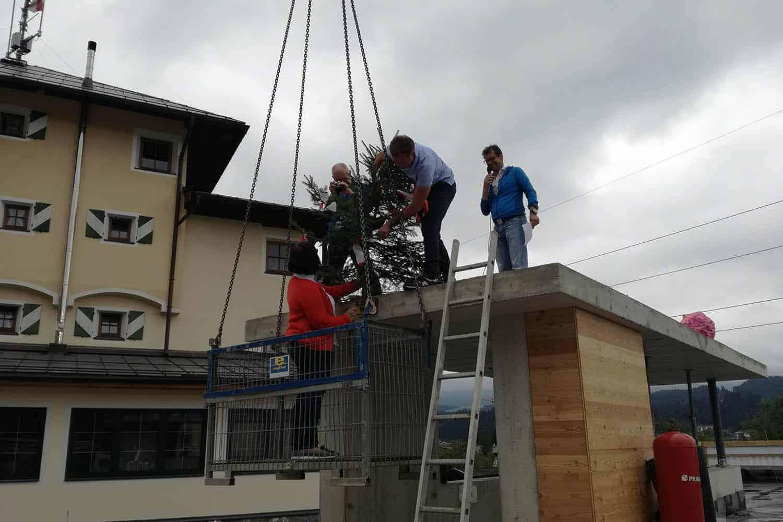 Anbringen vom Firstbaum
