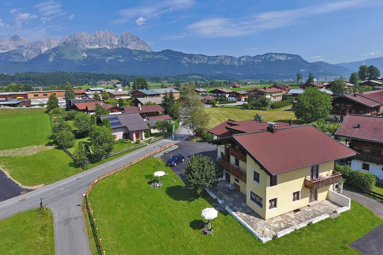 Ferienwohnungen am Roemerweg Penzinghof Oberndorf Haus aussen Drohne